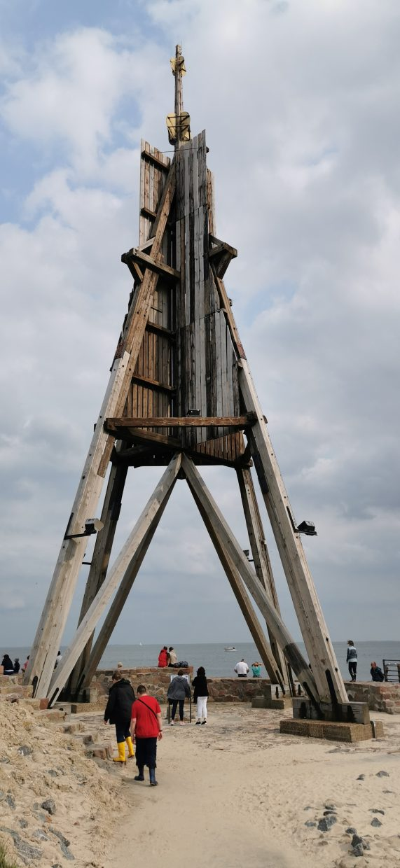 30 m hohes Seezeichen aus Holz, Wahrzeichen Cuxhavens und Endpunkt der Elbe am Beginn der Nordsee.